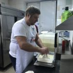Взвешиваем тесто для пиццы