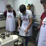 Ученики самостоятельно готовят тесто для пиццы