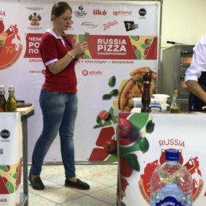 Участники готовят классическую пиццу