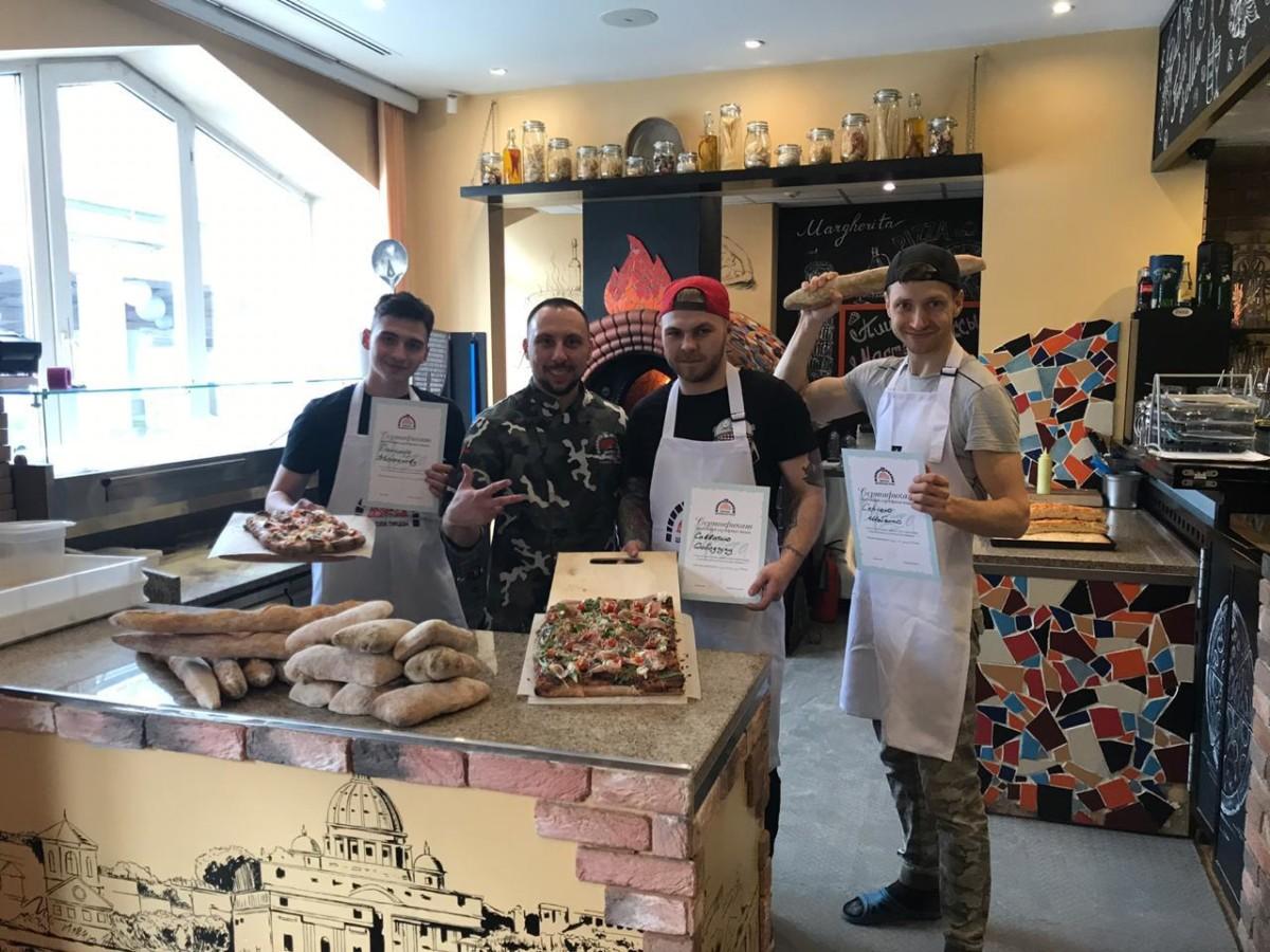 Выпускное фото группы пиццамейкеров