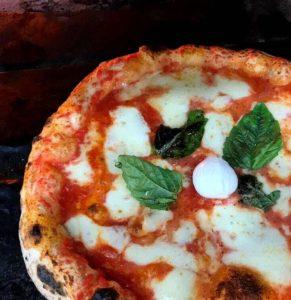 Классическая неаполитанская пицца с леопардовым бортиком