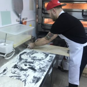 Раскатка и перенос основы под римскую пиццу