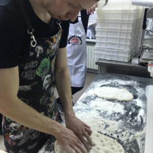 Римская пиццы - раскатка теста вручную