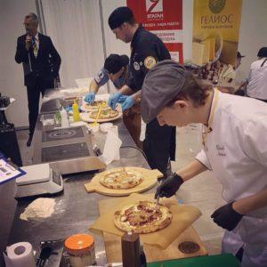 Работа участников соревнований по пицце