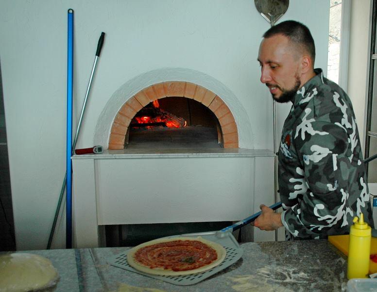 Берем пиццу на лопату