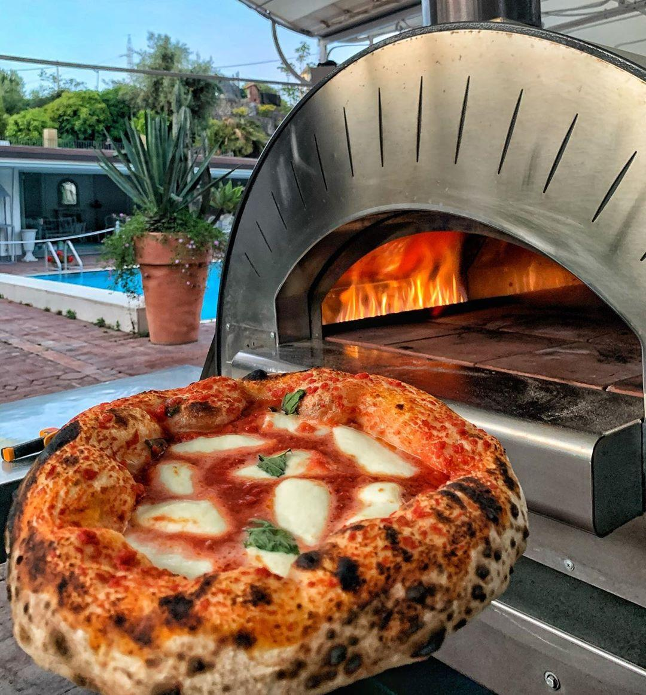 Пицца из домашней помпейской печи